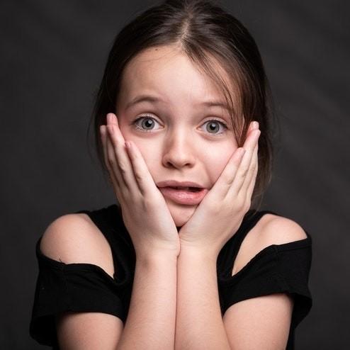 Meisje is bang of schrikt, heeft een onbewuste emotie
