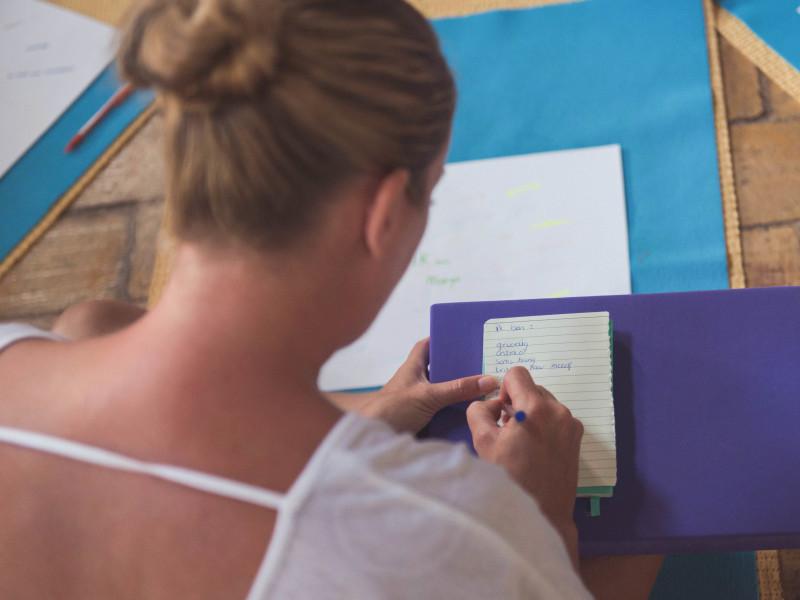 Vrouw van het coaching programma transformatiereis werkt aan obstakels voor persoonlijke groei