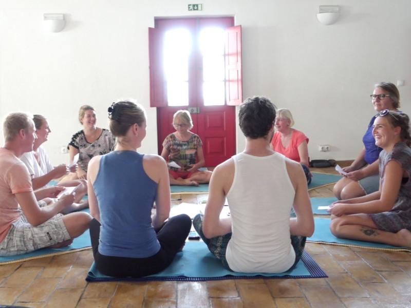 Deelnemers van het coaching programma zitten in een kring voor persoonlijke ontwikkeling en groei