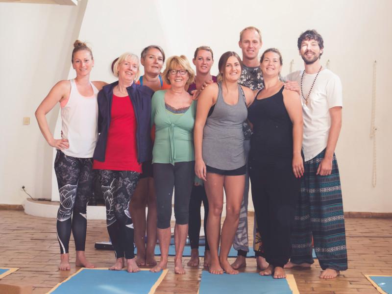 7 deelnemers en 2 begeleiders van het yoga retreat transformatiereis Portugal