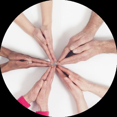 Handen komen samen wat staat voor Inspiratie, groei en ontwikkeling