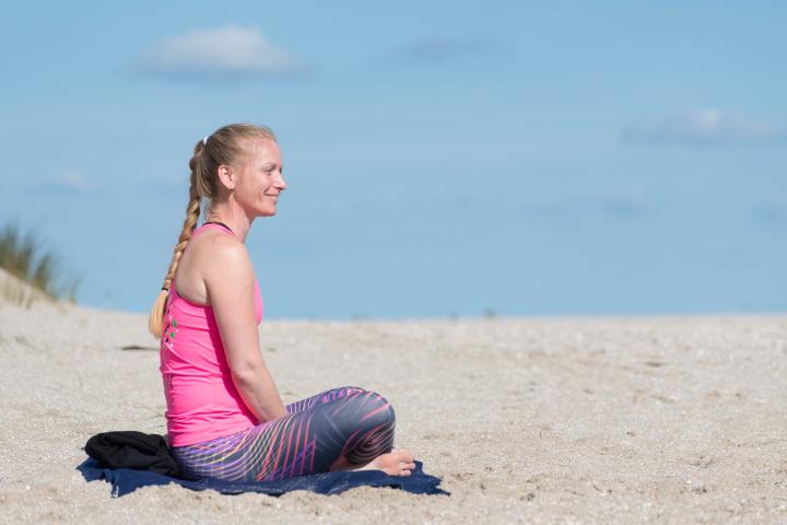 Marjolein Groen op het strand in zittende houding