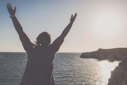 Vrouw voelt zich vrij en gelukkig door het overwinnen van angsten en overtuigingen