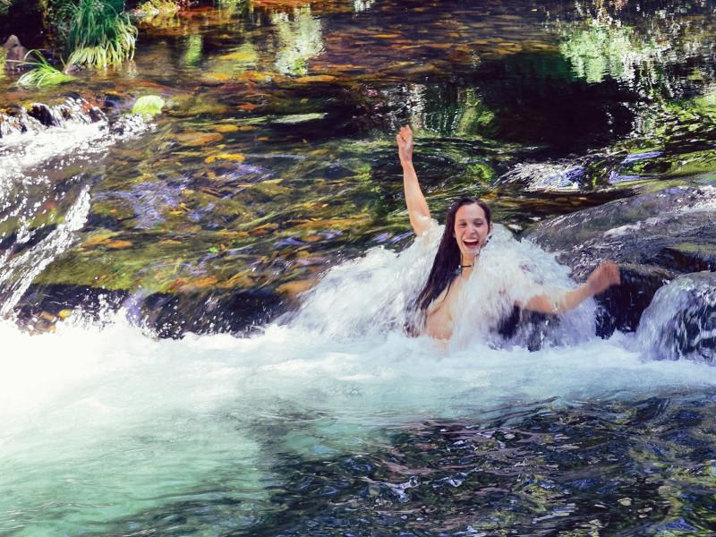 Vrouw zwemt in rivier in de prachtige natuur