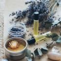 De middelen die je nodig hebt om je eigen roller met essentiële oliën te maken op basis van je emotionele behoefte