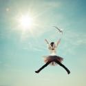 Fee springt in de lucht richting de zon door verbeeldingskracht van je onderbewustzijn in hypnose