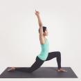 Vrouw doet yogahouding - crescent Moon pose - anjaneyasana - maansikkelhouding - lage lunge