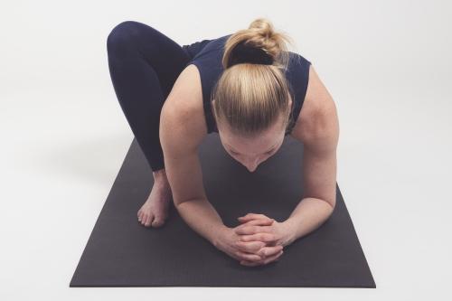 Vrouw doet yogahouding - lizard pose - utthan-pristhasana - lage-lunge