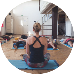 Yogadocent geeft eindontspanning, de deelnemers van het yogaretreat liggen in savasana en ervaren ontspanning, innerlijke rust en het levert ze tijd voor zichzelf op en verandering in hun leven