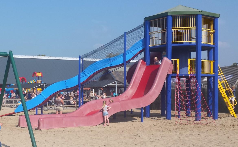 glijbaantoren in de speeltuin