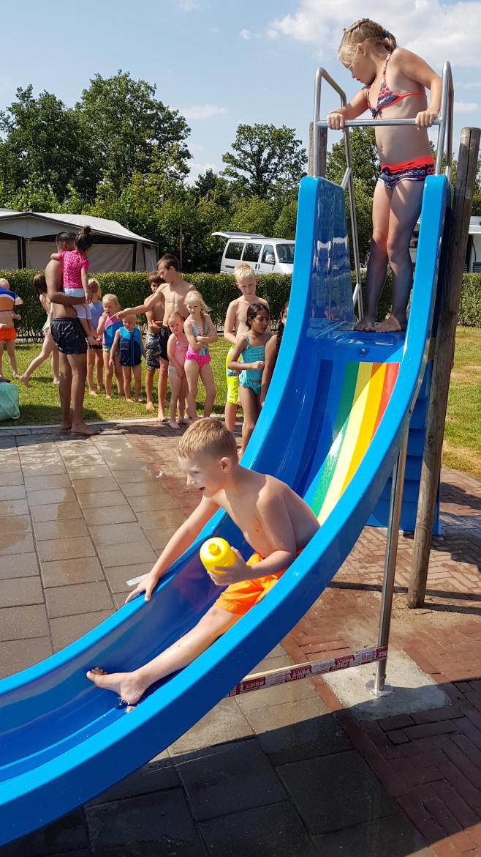 waterglijbaan bij het zwembad