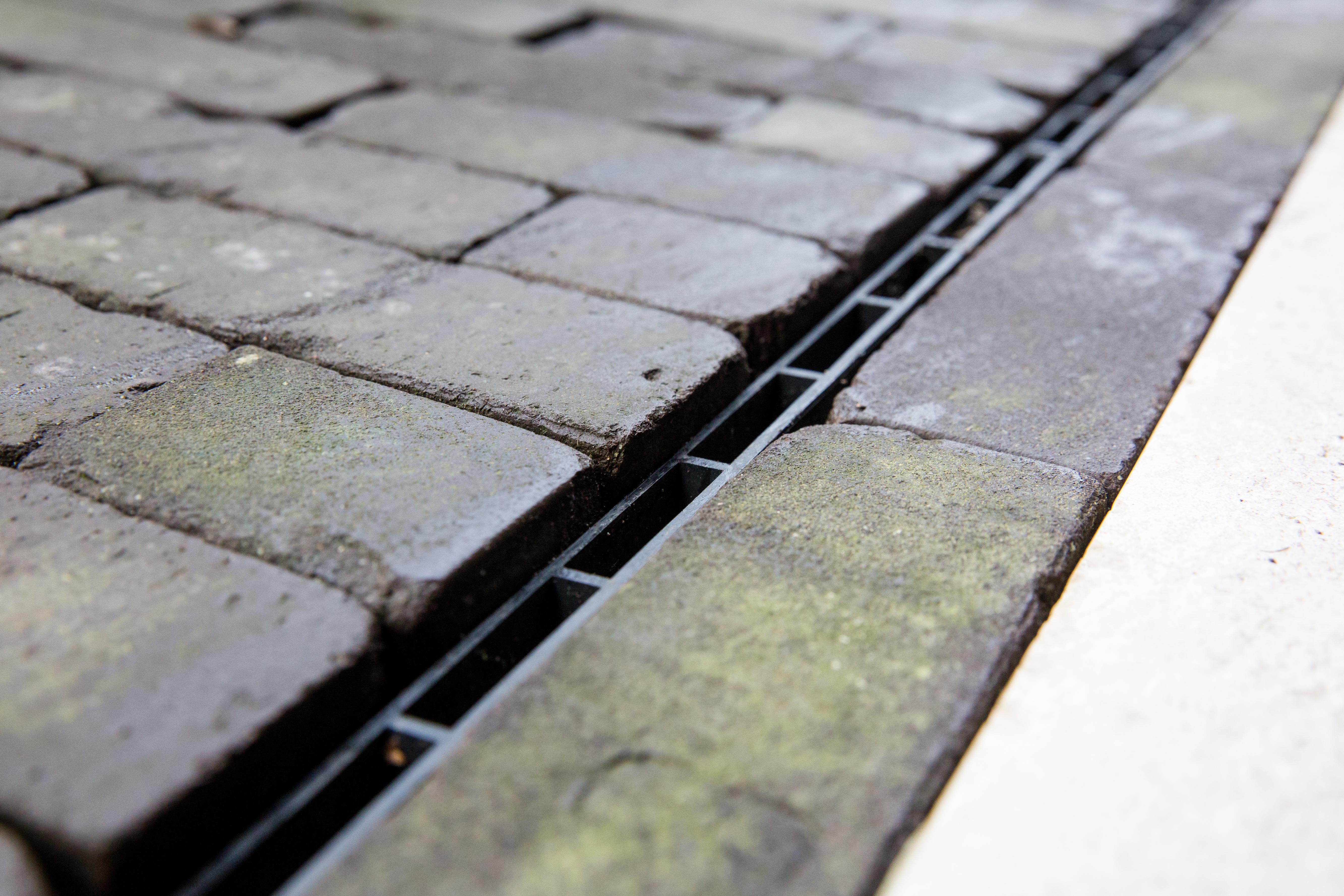 groene aanslag op tegels verwijderen met schoonmaakazijn
