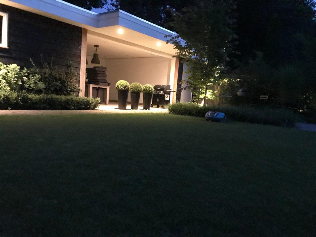 verlichting onder overkapping in de tuin