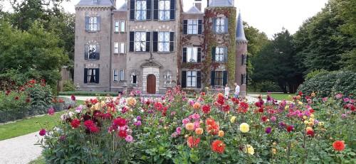 dahlias-in-front-of-keukenhof-castle