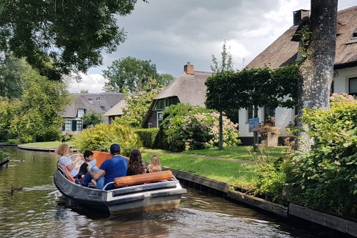 giethoorn-canals-and-thatched-house