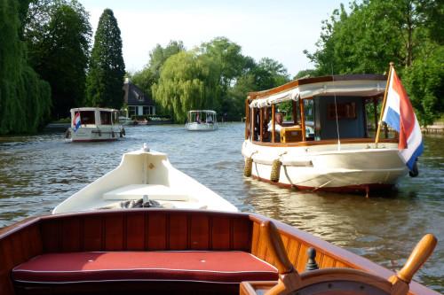 salon-boats-on-river-vecht