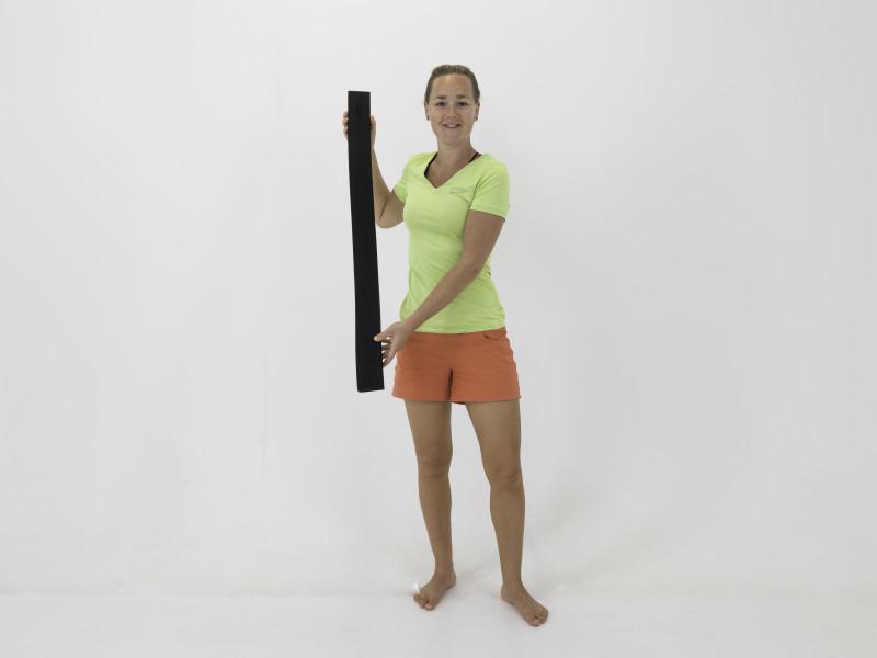 Fysio Maaike met alignment strip tegen rugklachten