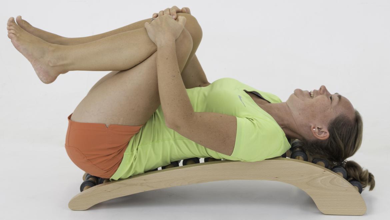 Fysio Maaike op een rugstretcher