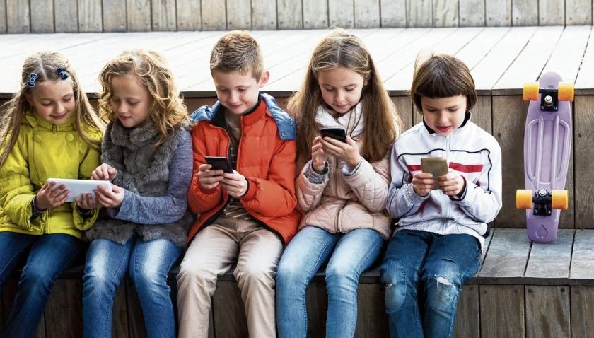 Kinderen achter schermen buiten