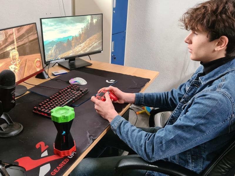 Kind achter scherm met gametimer