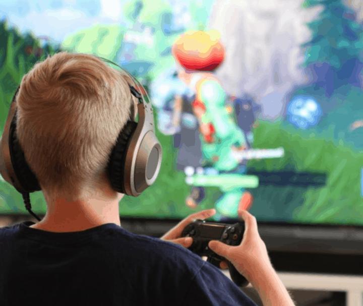Kind gamed achter scherm