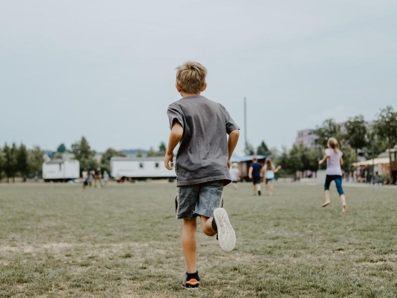 Kind rent op grasveld
