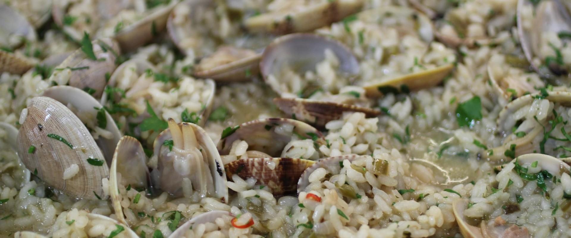 Rijst met groene saus en venusschelpjes (Arroz Verde con Almejas)