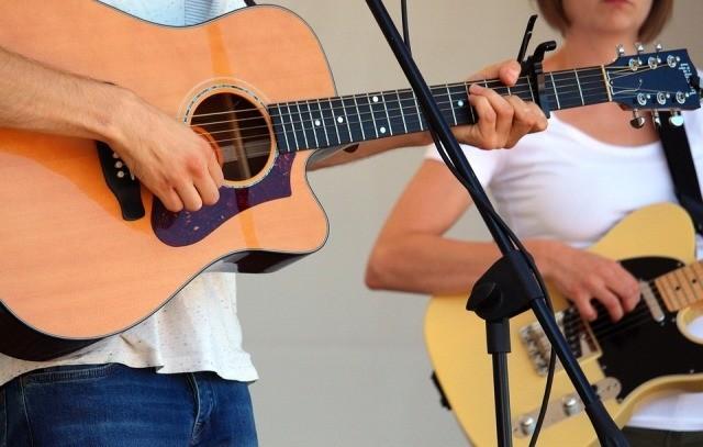 Zingen terwijl je gitaar speelt