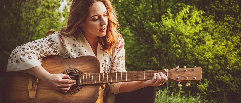 Gitaar spelen en zingen tegelijk, hoe kun je jezelf begeleiden op gitaar?
