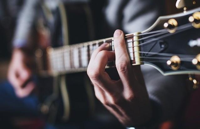 Gitaar leren spelen moeilijk met zere vingers