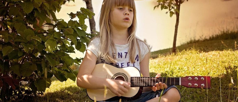Wil je kind gitaar leren spelen? Met deze 5 tips wordt het een succes