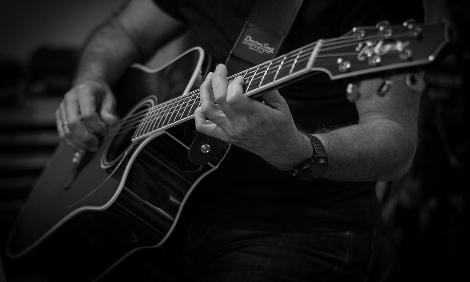 Oefenen op gitaar om beter te leren spelen