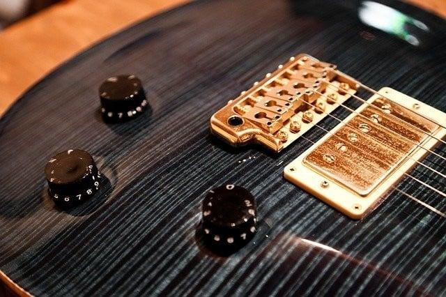 Tremolo systeem ontstemmen gitaar