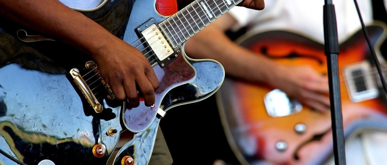 Samen gitaar spelen in coronatijd