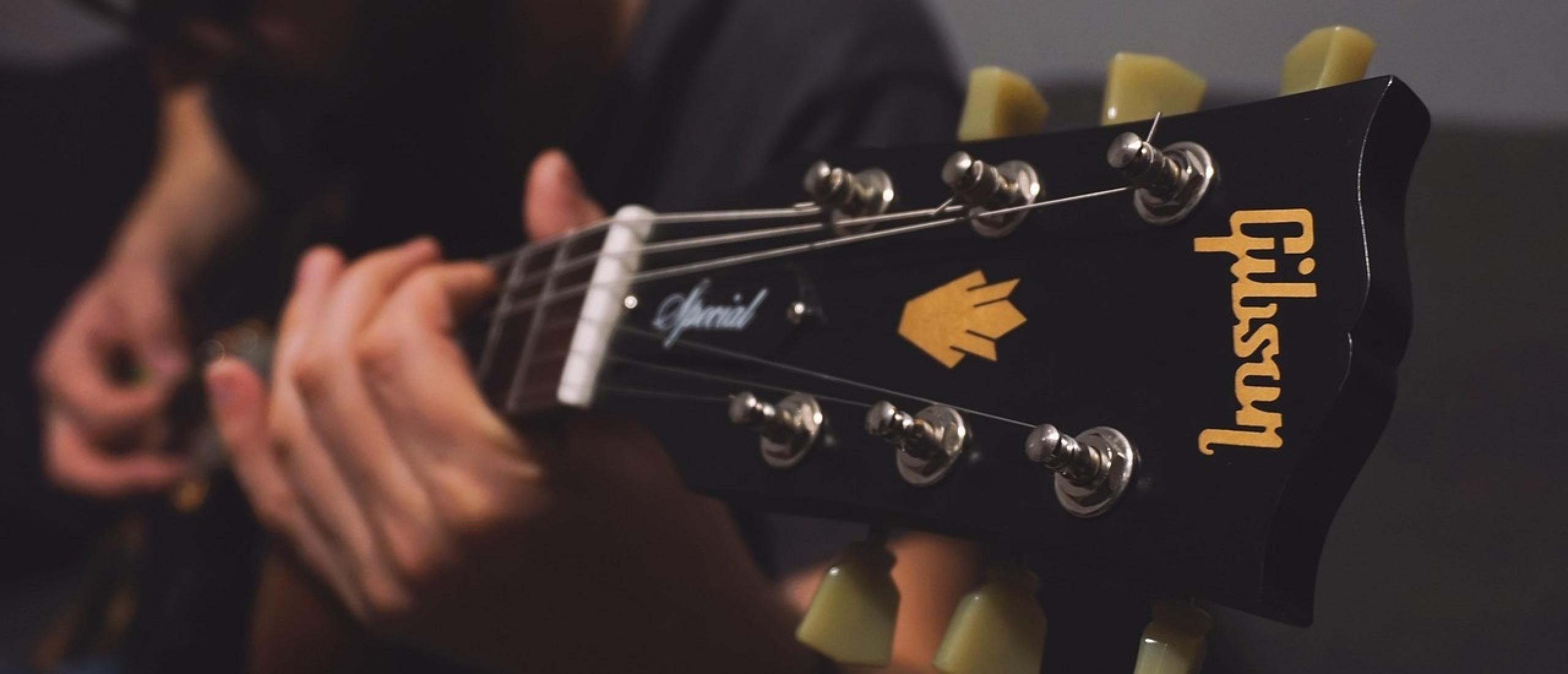Wat is travis picking en hoe gebruik je het op je gitaar?