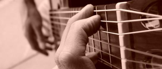 foto van g-majeur op gitaarhals, zijaanzicht