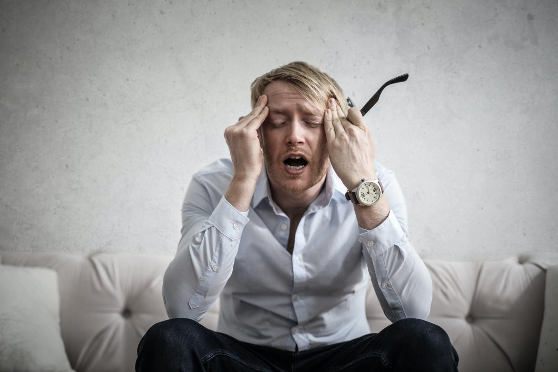geïrriteerde man door gehoorvermoeidheid