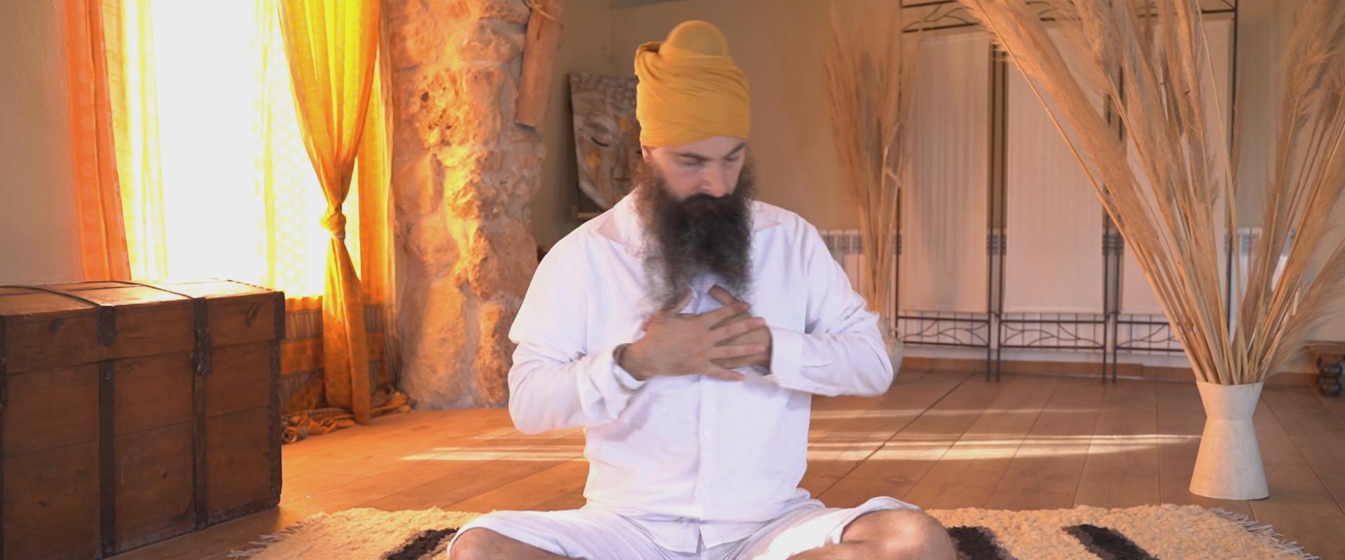 Dit Is Hoe Je Leert Mediteren Als De Yoga Grootmeester Yogi Bhajan