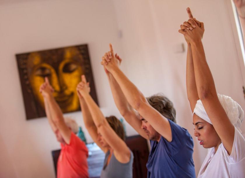Yogi's bezig met een kriya tijdens de kundalini yoga retraite op Ibiza