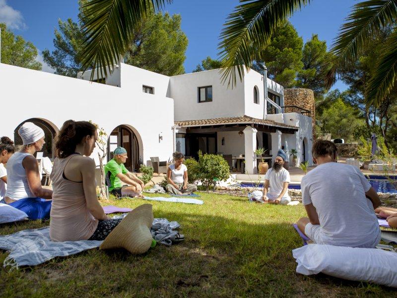 Buiten kriya en meditatie tijdens Kundalini Yoga retreat Ibiza
