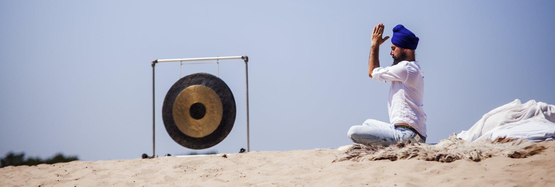 Kundalini Yoga en coach en leraar Guru Gian tijdens meditatie op retraite in Ibiza