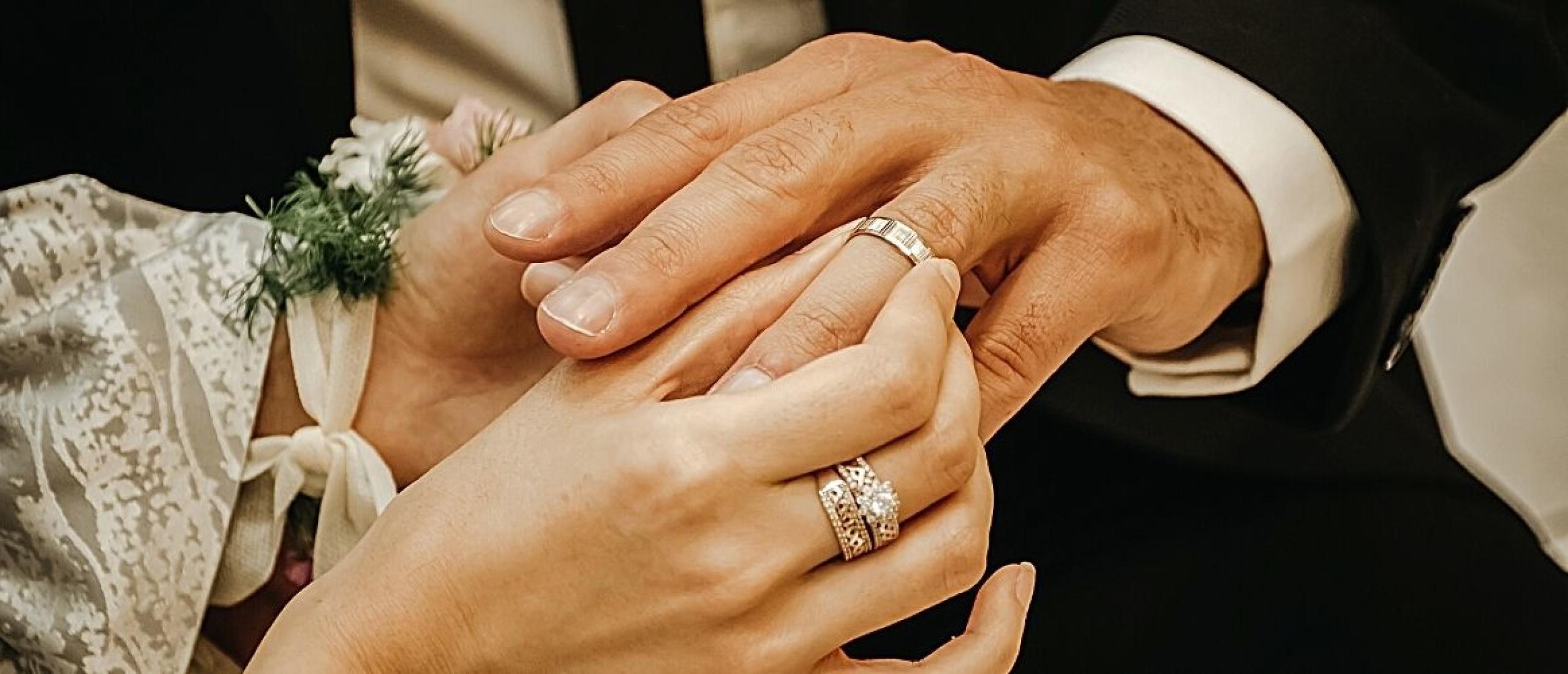 Waarom een trouwring om de linkerhand gedragen wordt