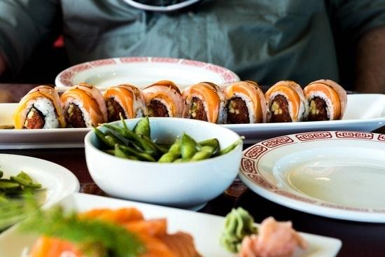 Sushi eten met vrienden maakt een gelukkig (een beetje)