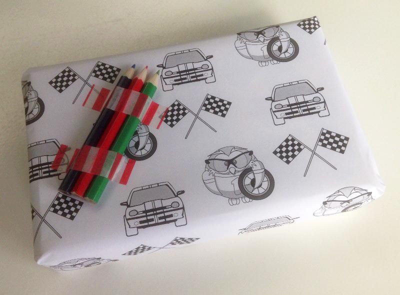 kadootje met printbaar inpakpapier met raceauto print