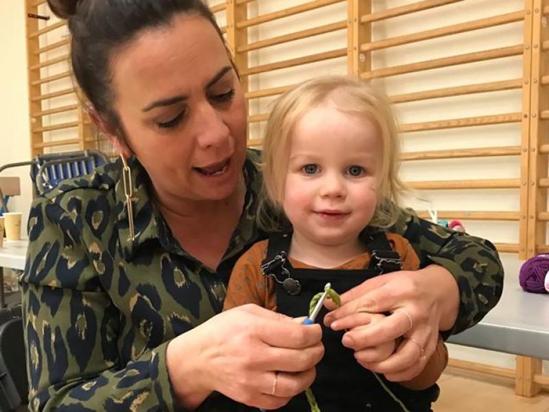 kinderen leren haken met de cast van familie