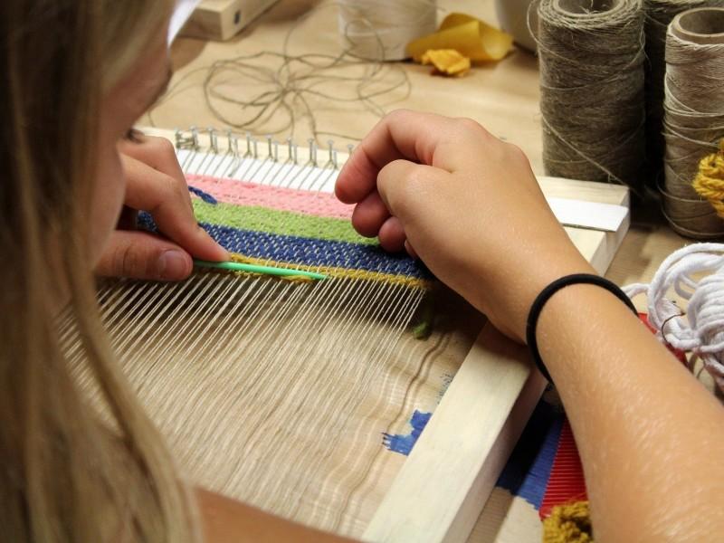Weven, handwerken, leuk voor kinderen, eenvoudige hobby, kleedje weven