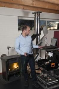 Kachelfabrikant Janco de Jong meet de fijnstof uitstoot van zijn houtkachels