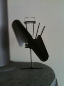 De Ecofan is een ventilator die de warmte van de kachel door de kamer verspreidt.