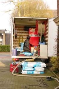 vrachtwagen-met-isolatiemateriaal-spouwmuurisolatie