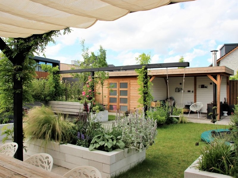 aanleg tuinhuis met overkapping